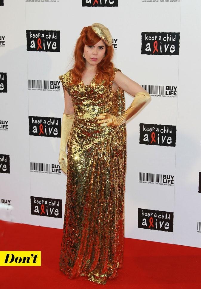 Paloma Faith en robe trop grande dorée