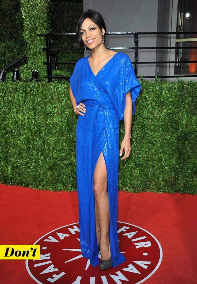 Rosario Dawson et sa robe kimono bleu électrique