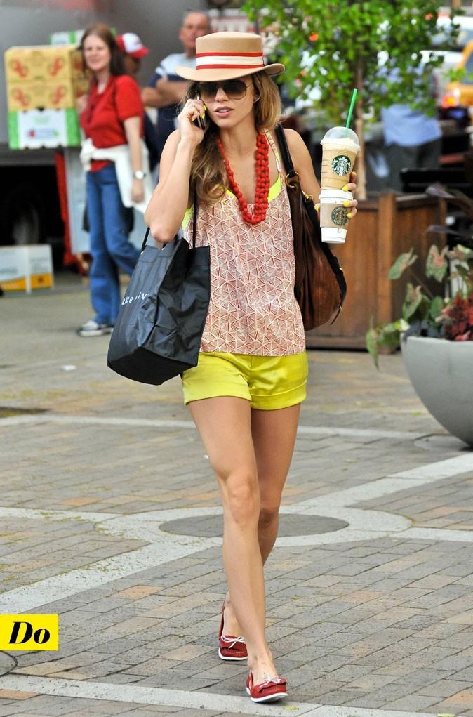 Look d'AnnaLynne McCord : un short jaune fluo avec des chaussures bateau rouges !