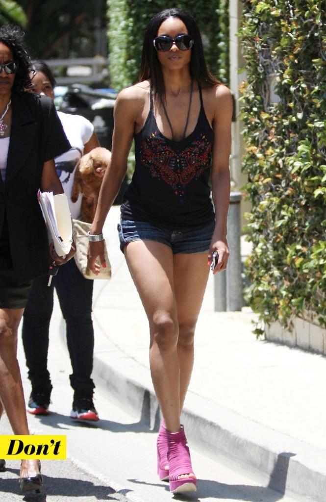 Look de Ciara : mini short + sandales à talons + décolleté !