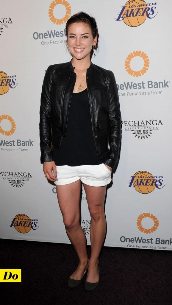 Look de Jessica Stroup : un short blanc avec une veste en cuir !