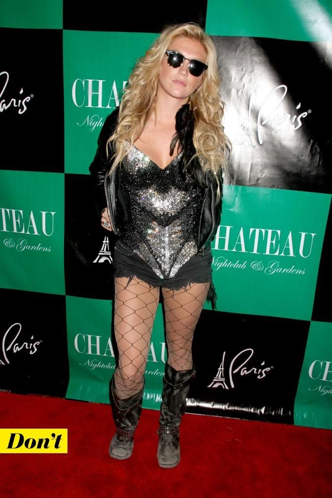 Look de Kesha : un short déchiré + collants résille + bottes rock !