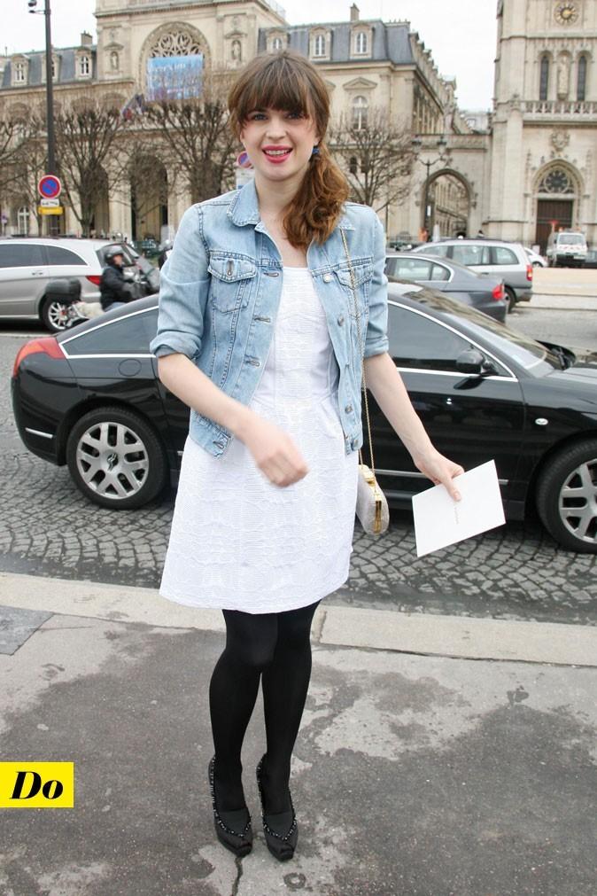 Le look denim de Cécile Cassel : une veste en jean courte avec une petite robe blanche