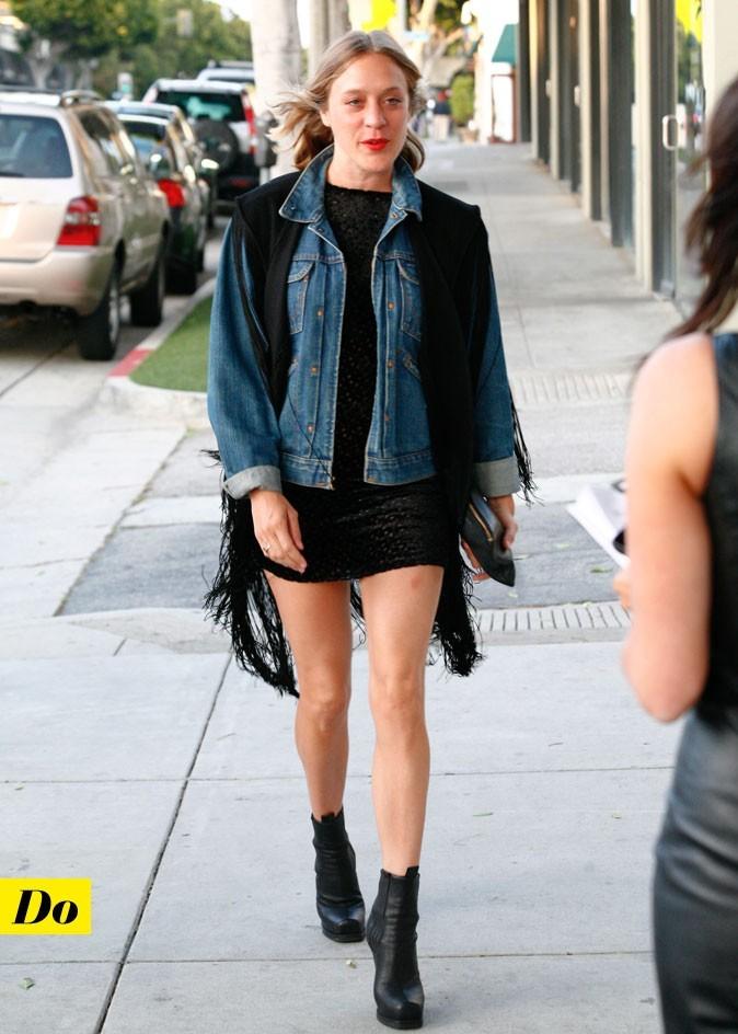 Le look denim de Chloë Sevigny : une veste en jean droite avec un gilet à franges
