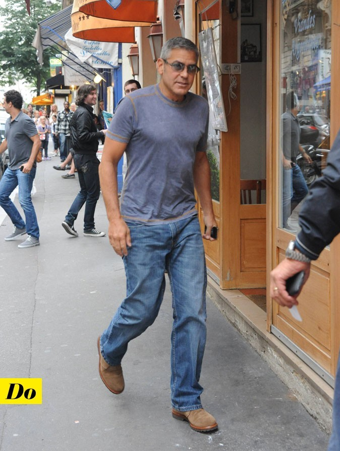 Le look denim de George Clooney : un jean brut, un tee-shirt et des chaussures camel