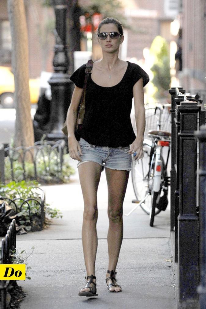 Le look denim de Gisele Bündchen : un short en jean découpé et des spartiates noires