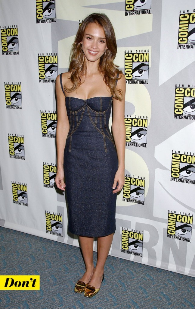 Le look denim de Jessica Alba : une robe en jean avec des chaussures dorées