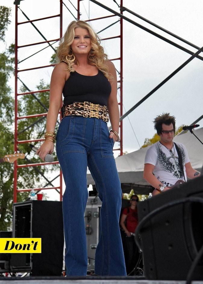 Le look denim de Jessica Simpson : un jean flare avec une double ceinture léopard
