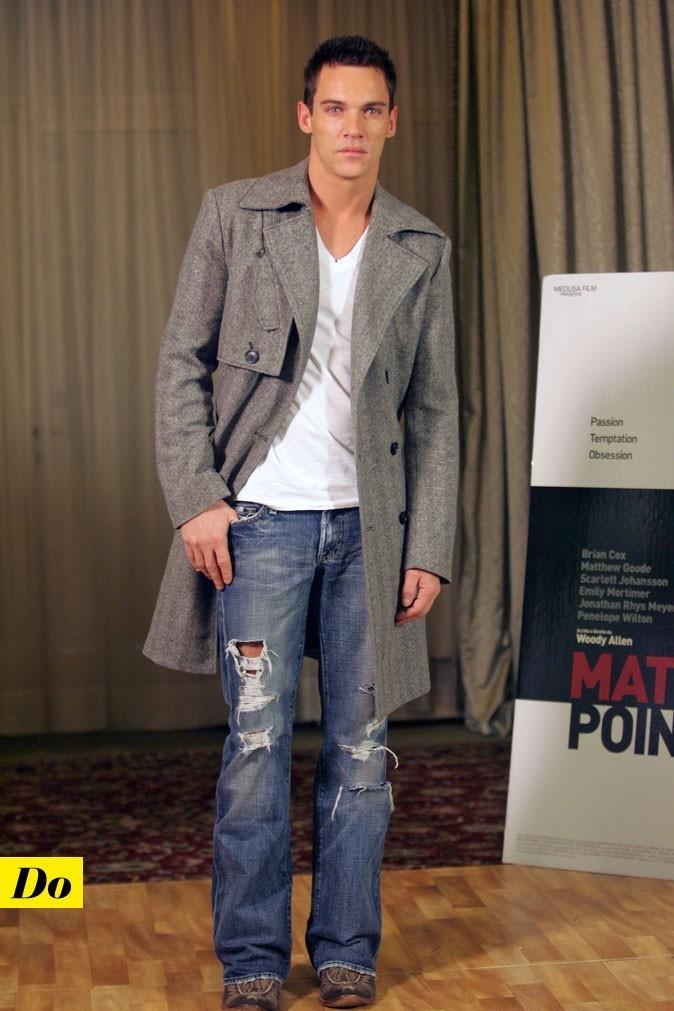 Le look denim de Jonathan Rhys-Meyer : un jean déchiré et un manteau long
