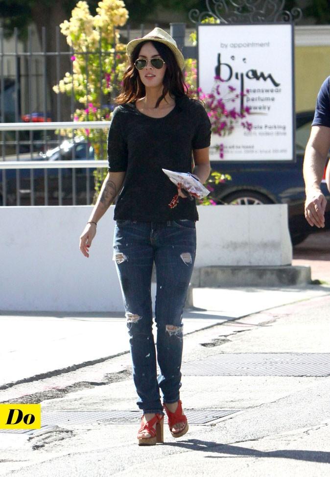 Le look denim de Megan Fox : un jean déchiré avec des sandales et un chapeau rétro