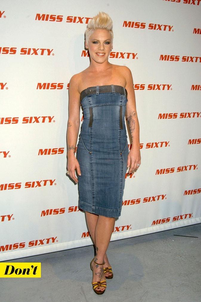 Le look denim de Pink : une robe en jean bustier moulante