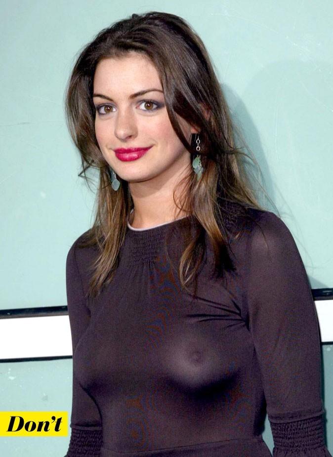 Anne Hathaway sans soutien-gorge dans une robe moulante très transparente
