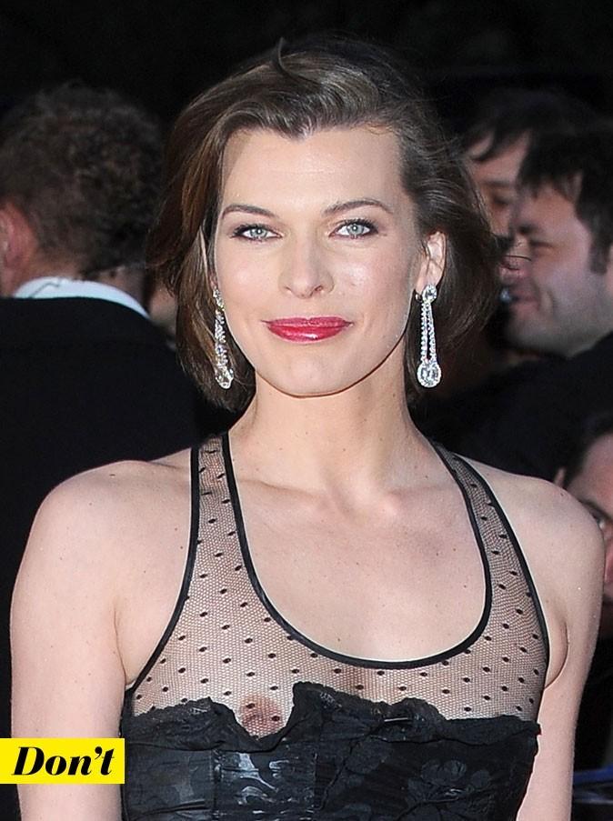 Milla Jovovich sans soutien-gorge dans une robe au décolleté farceur