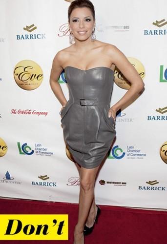 Eva Longoria et sa robe en cuir de couleur