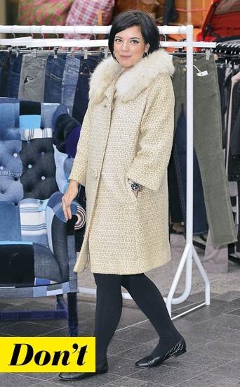 Le manteau à col fourrure de Lily Allen