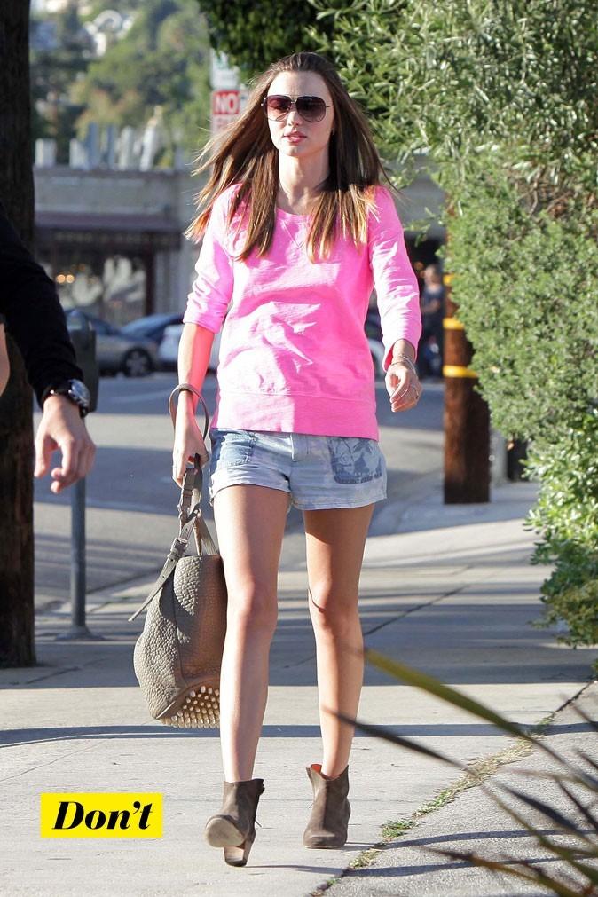 Miranda Kerr nous offre un joli style, mais le pull informe est de trop!