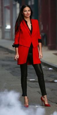 Adriana Lima : glamour et classe en tregging, l'égérie Gemey Maybelline brille !
