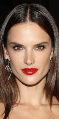 Alessandra Ambrosio : la belle brune et le rouge vermillion ? C'est sans modération !