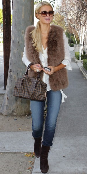 alessandra ambrosio vs paris hilton match de gilet en fausse fourrure. Black Bedroom Furniture Sets. Home Design Ideas