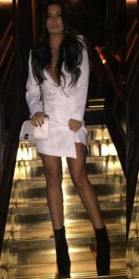 Anara Atanes : Complètement canon dans sa robe blanche !