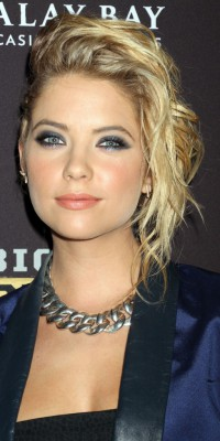 Ashley Benson : rock n' chic avec son look one side !