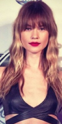 Behati Prinsloo : Glamour et banged, on adopte son beauty-look qui déchire !