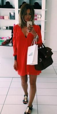 Caroline Receveur : elle mise sur la tunique rouge pour les beaux jours !