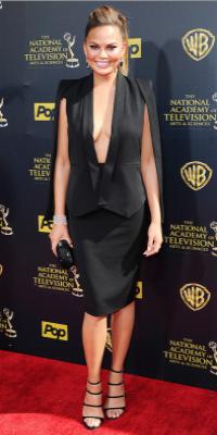Chrissy Teigen, sublime en blazer-cape pour les Daytime Emmy Awards !