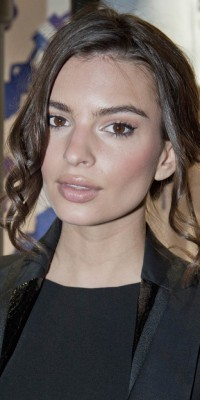 Emily Ratajkowski : on copie sa coiffure glamour et son make-up naturel !