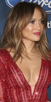 Jennifer Lopez : carré wavy et lèvres brûlantes pour un beauty look de star !
