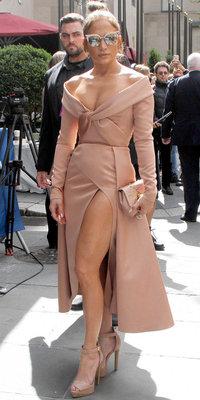 Jennifer Lopez : ultra sexy dans son total look nude, à 47 ans, elle mène la danse !