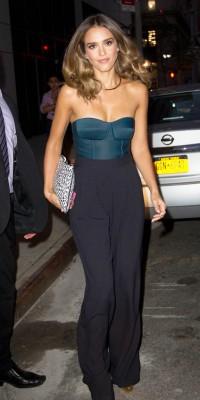Jessica Alba : glamour et satinée, la belle dégaine le bustier !