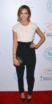 Jessica Alba : Look tomboy chic sur le redcarpet !