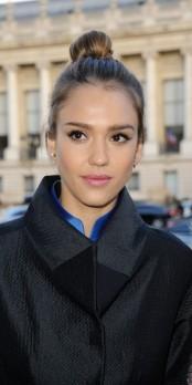 Jessica Alba VS Sophia Bush : qui porte le mieux le chignon bun ?
