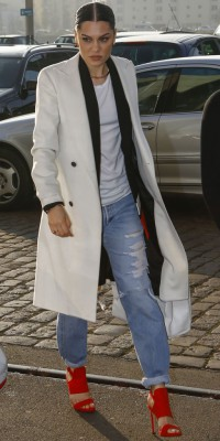 Jessie J : manteau masculin et talons girly !