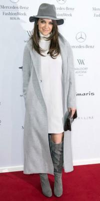 Kate Holmes : élégante et chic en total look gris !