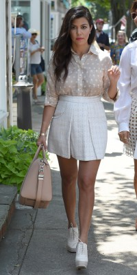 Kourtney Kardashian : une future maman preppy et sexy !