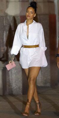 Rihanna : Carton plein pour sa chemise oversize et ses sandales à franges !