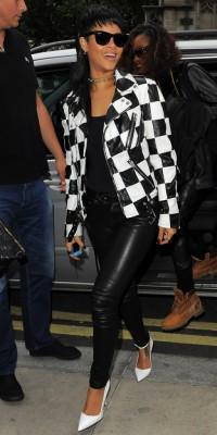 Rihanna : elle suit la tendance et s'affiche en mode black & white !