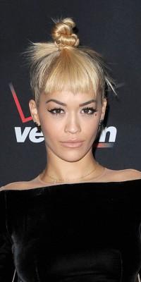 Rita Ora : tirebouchonnée de la tête aux pieds ?