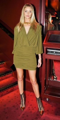 Rosie Huntington Whiteley : elle twiste son allure chicissime avec des bottines so sexy !