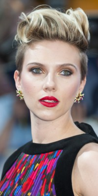 Scarlett Johansson : une coupe masculine pour un beauty look ultra féminin