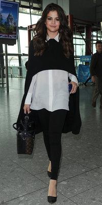Selena Gomez : tenue bicolore et escarpins pour un look strict chic, on adore !