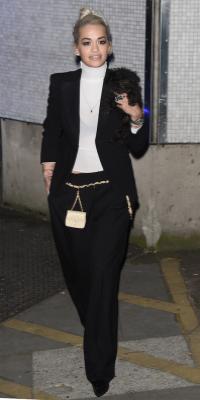 Super look boyish pour Rita Ora de retour à Londres !