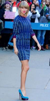 Taylor Swift : elle sort les gambettes en total look bleu !