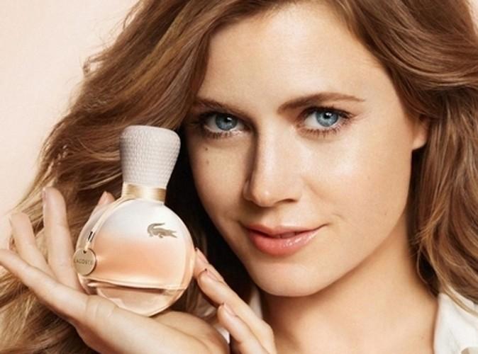 Beauté : Amy Adams : découvrez les coulisses de sa pub pour le parfum eau de Lacoste !