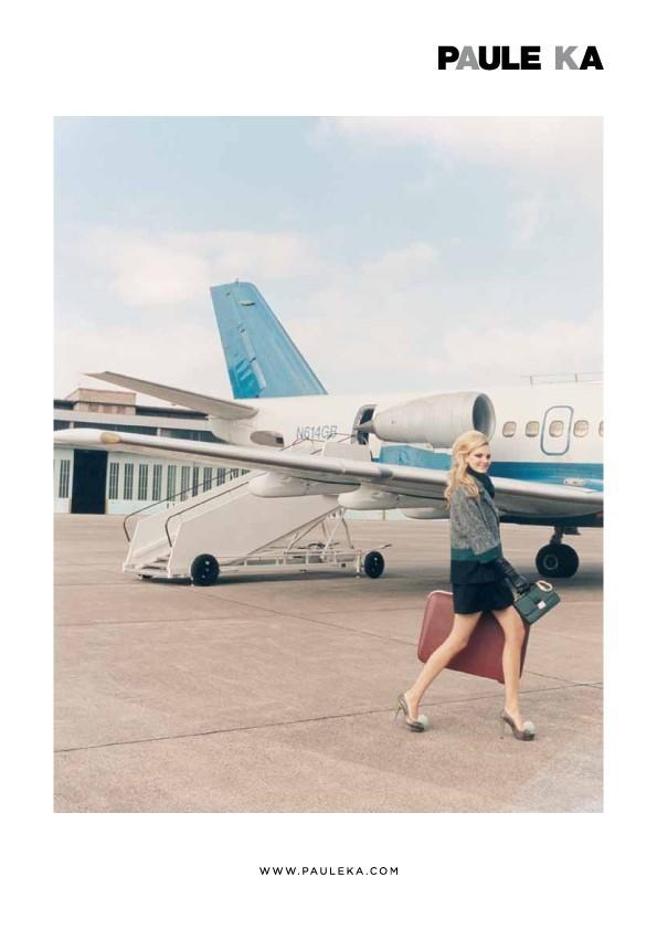 Elle descend de l'avion, ravie d'être arrivée à bon port !