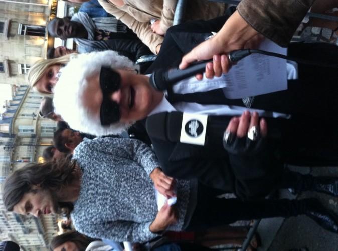 Lucienne du Petit Journal People déguisée en Karl Lagerfeld