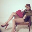 Elle pose sur un fauteuil en bois au milieu de rien !
