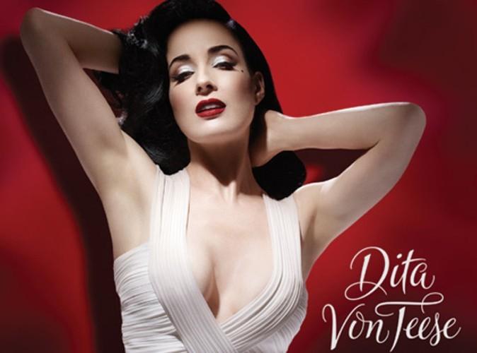 """Dita Von Teese : découvrez l'affiche publicitaire de son dernier parfum """"Rouge"""" !"""